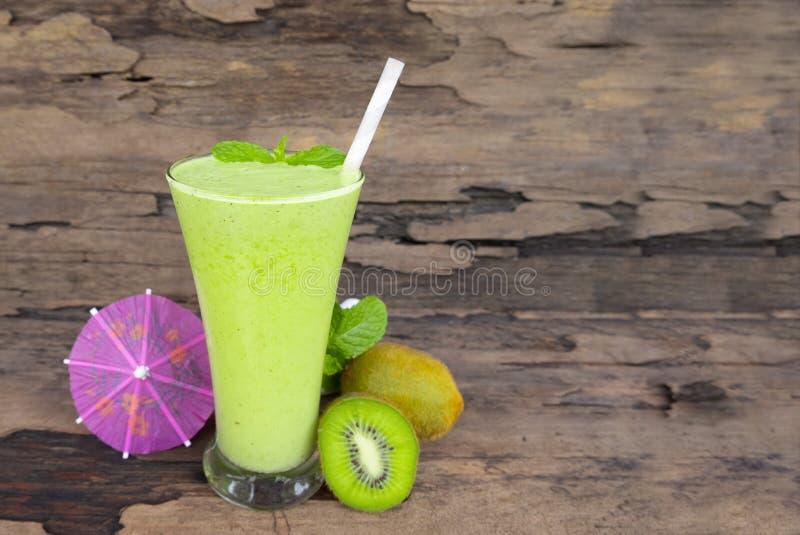 Bebida verde saudável dos batidos do suco do iogurte da maçã do quivi para provar o verão delicioso da bebida imagens de stock royalty free