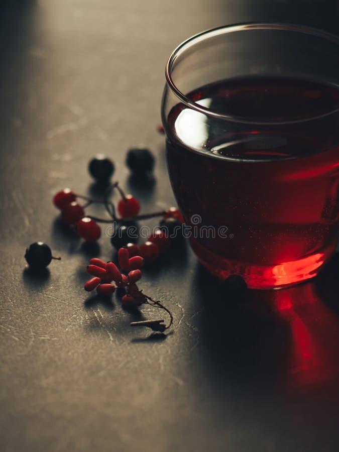 Bebida vermelha em um vidro fotografia de stock royalty free