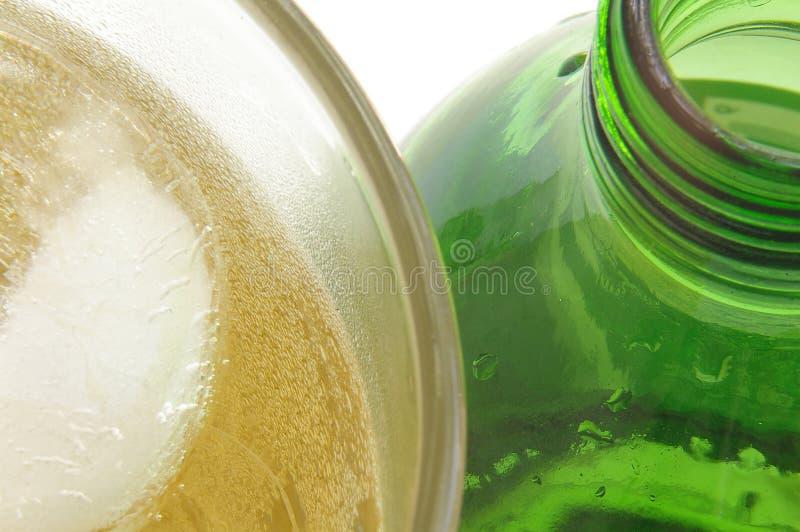 Bebida y botella heladas imágenes de archivo libres de regalías