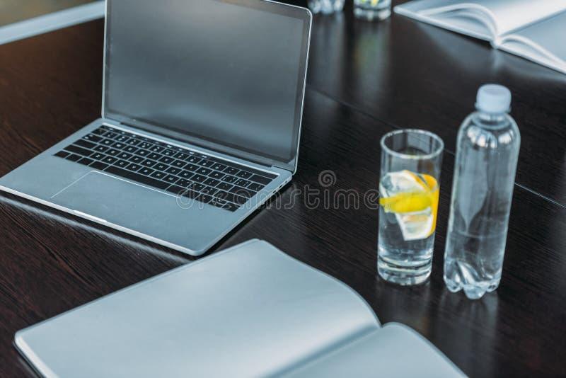 bebida y ordenador portátil antioxidantes en la tabla fotografía de archivo libre de regalías