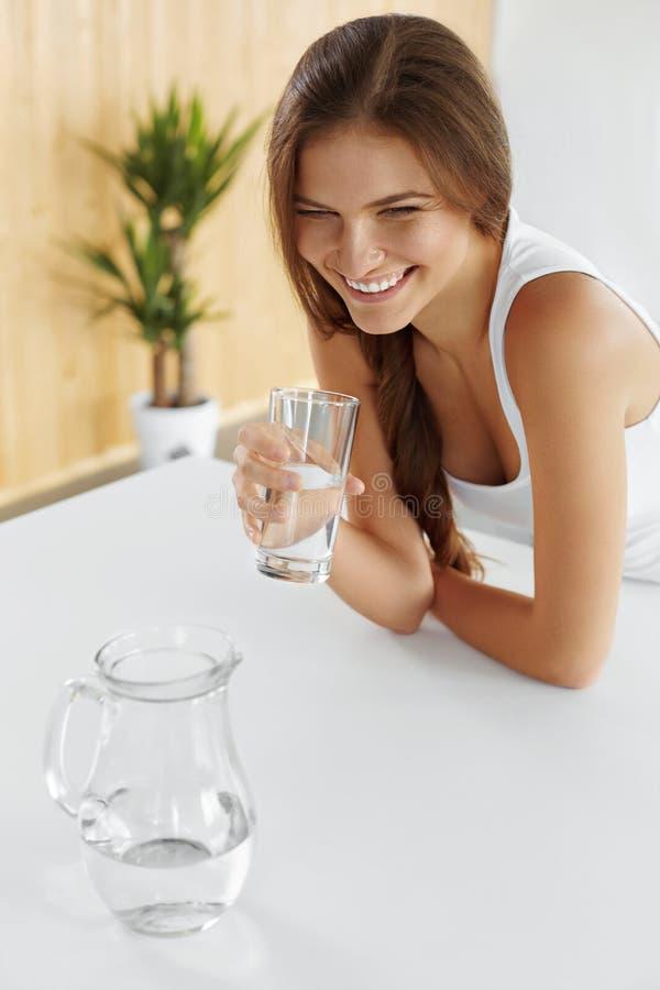 bebidas Agua potable de la muchacha feliz Atención sanitaria Forma de vida sana fotos de archivo