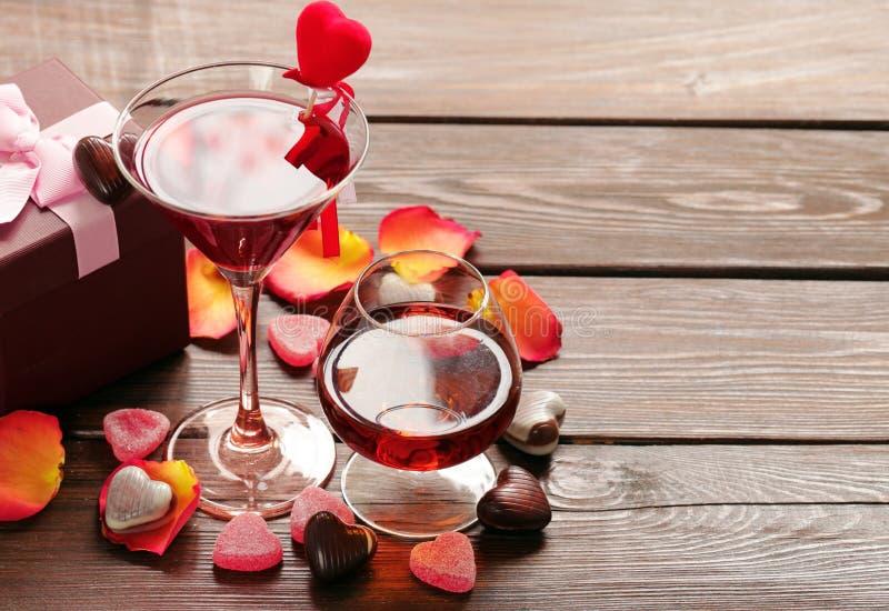 Bebidas alcoólicas para o partido festivo Corações dos doces de chocolate Data no dia de Valentim foto de stock royalty free