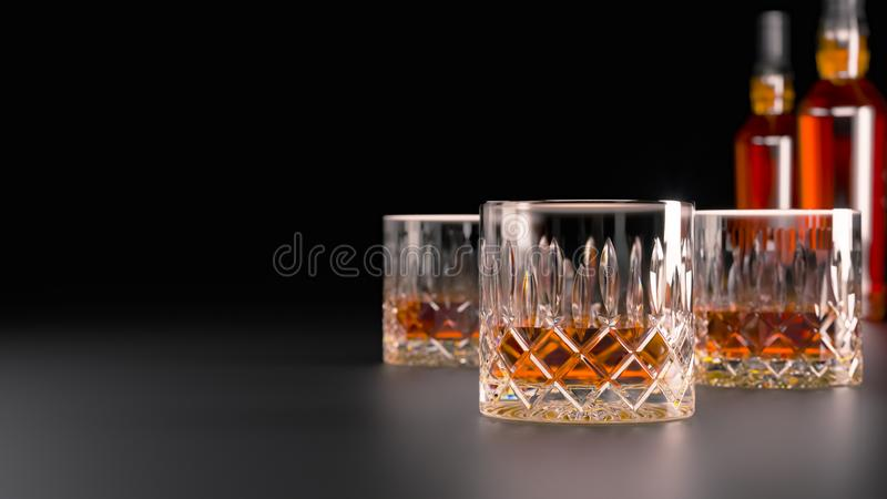 Bebidas alcohólicas fuertes, vidrios y vidrios, en presencia del whisky, brandy en un fondo oscuro con una botella de alcohol fotografía de archivo