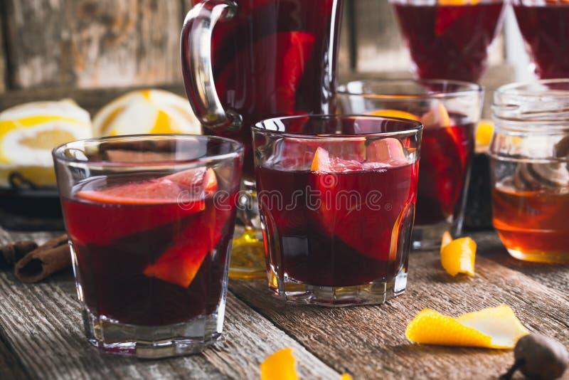 Bebidas calientes de la Navidad con los agrios y las especias, vino reflexionado sobre fotografía de archivo