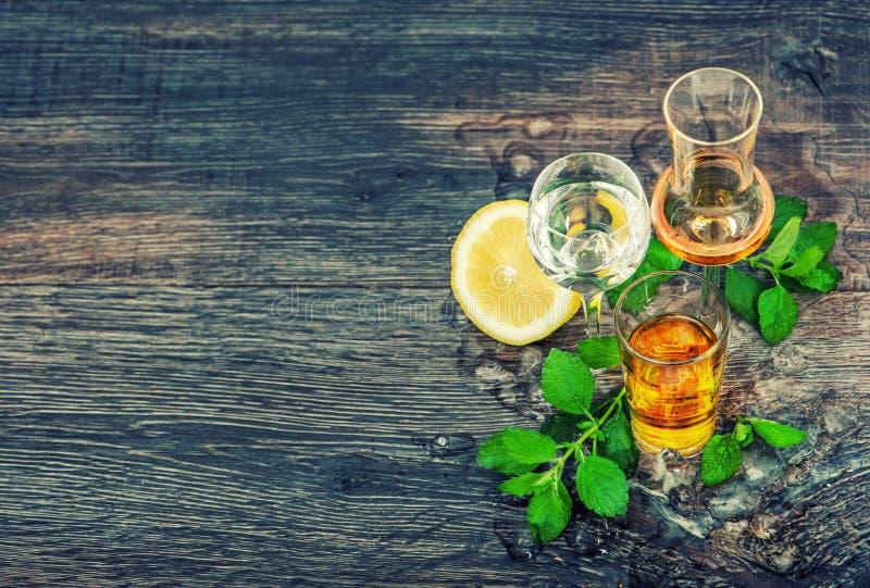 Bebidas con el vintage de madera del fondo de las hojas de menta de limón del hielo fotos de archivo