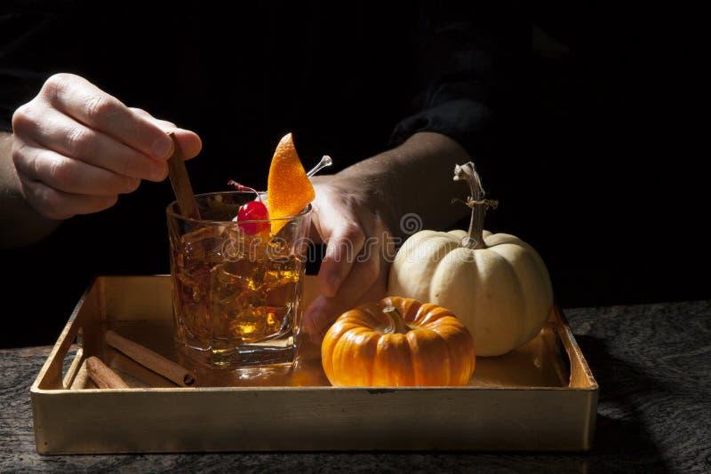 Bebidas da queda na barra - cocktail antiquado do u?sque fotografia de stock