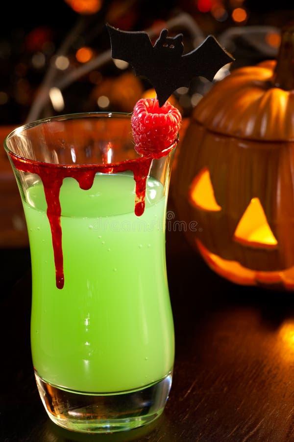 Bebidas de Halloween - cocktail do sangue do diabo fotos de stock
