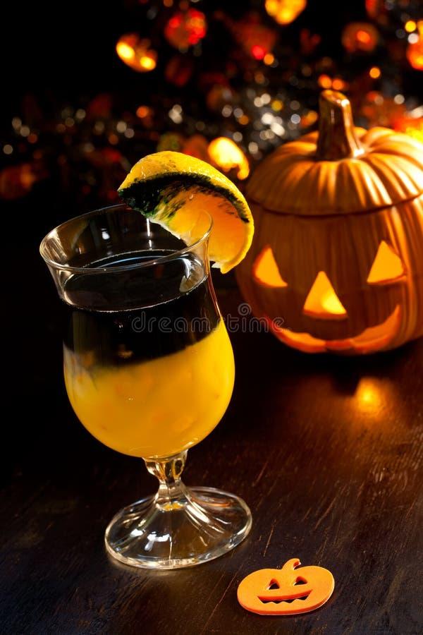 Bebidas de Halloween - cocktail podre da abóbora imagem de stock royalty free