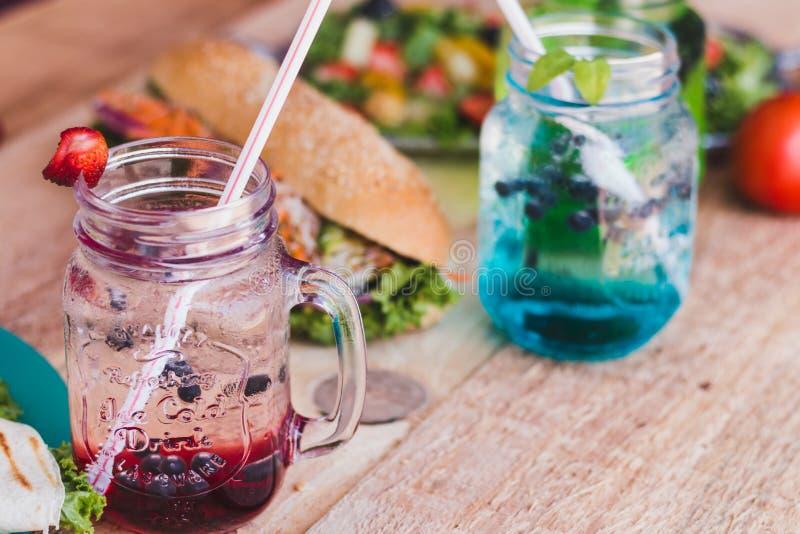 Bebidas de la fruta de diversos colores fotos de archivo