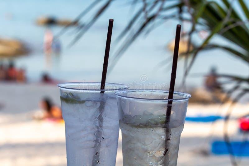 Bebidas de la hora feliz de la playa imagen de archivo libre de regalías