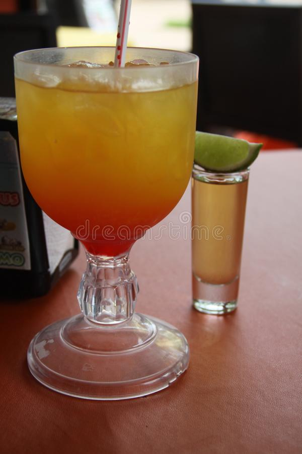 Bebidas de refrescamento mexicanas com cal foto de stock