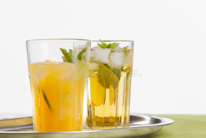 Bebidas de refrescamento no fundo branco fotos de stock royalty free
