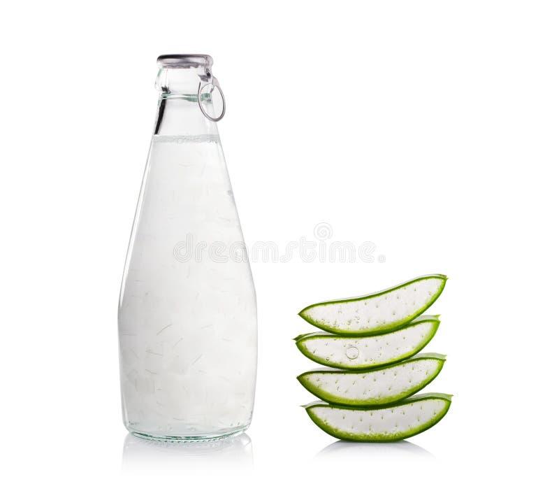 Bebidas de Vera Healthy do aloés no fundo branco imagens de stock royalty free