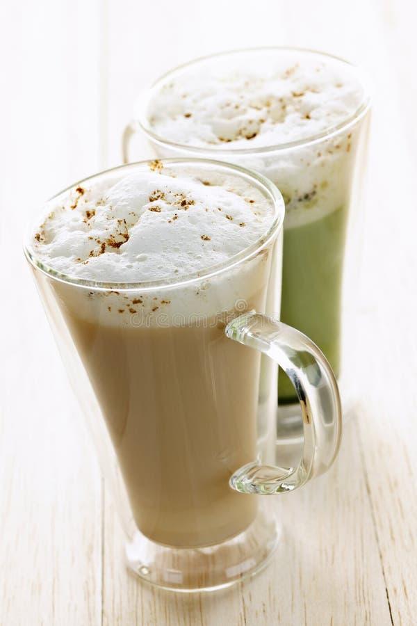 Bebidas del latte de Chai y del matcha foto de archivo libre de regalías