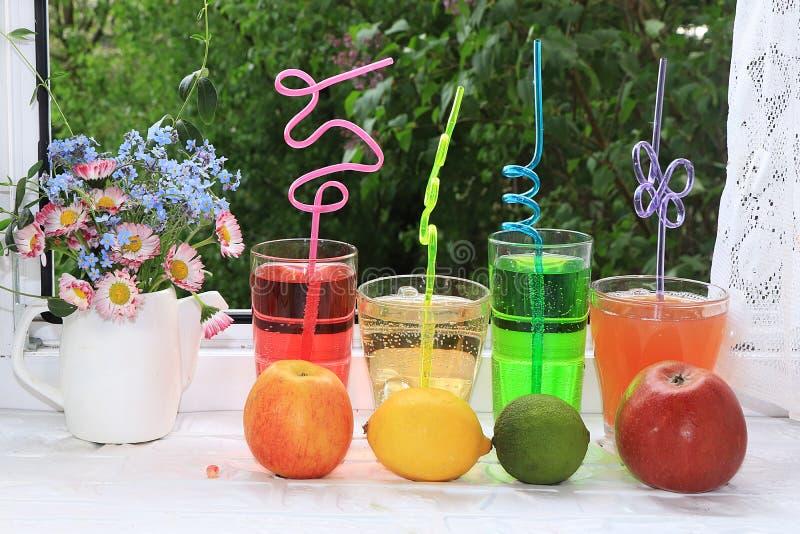 Bebidas del verano con la fruta en una ventana abierta mojada al jard?n fotos de archivo