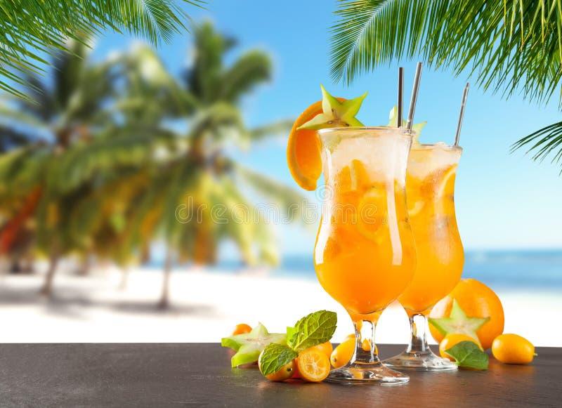 Bebidas del verano en la playa fotografía de archivo
