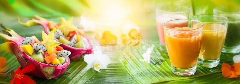 Bebidas del verano y ensaladas de fruta imagen de archivo libre de regalías