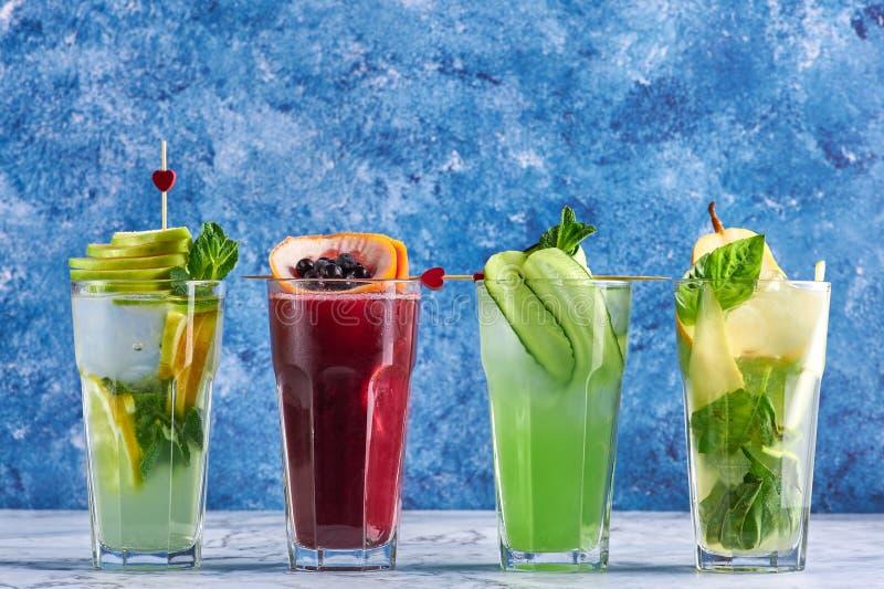Bebidas deliciosas del verano concepto de los c?cteles del detox bebidas org?nicas sanas del partido c?cteles amarillos verdes ro imagen de archivo libre de regalías
