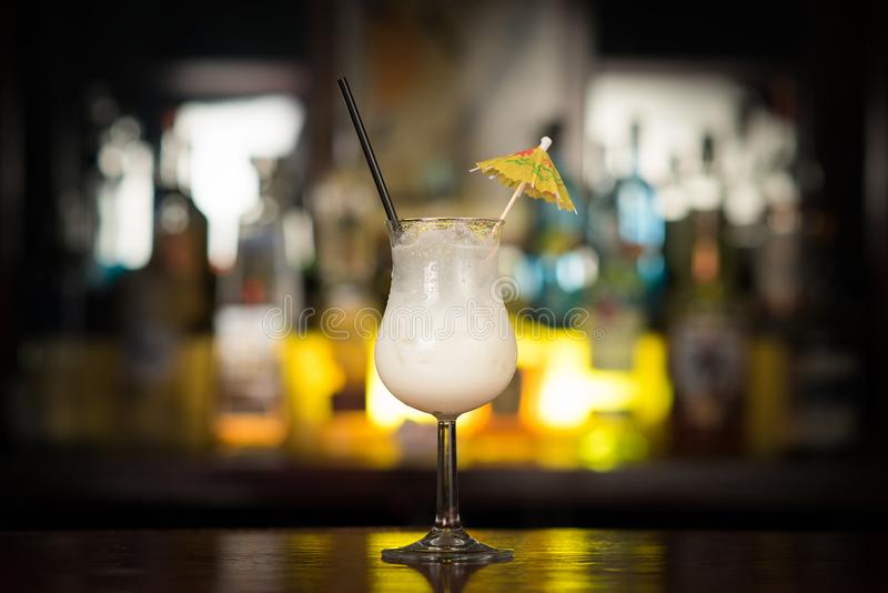 Bebidas do cocktail na tabela da barra foto de stock royalty free