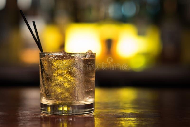 Bebidas do cocktail na tabela da barra imagens de stock