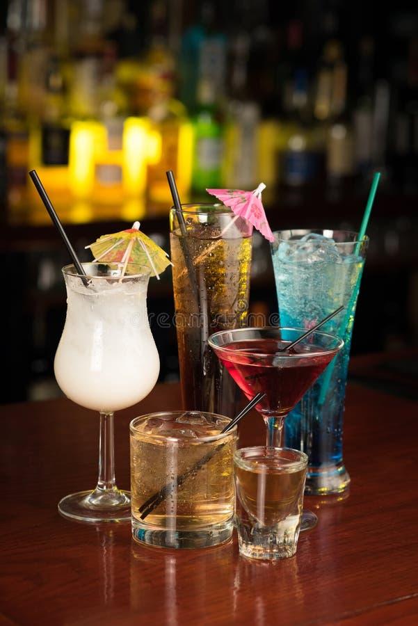 Bebidas do cocktail na tabela da barra fotos de stock