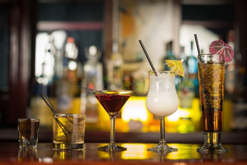 Bebidas do cocktail na tabela da barra fotografia de stock royalty free