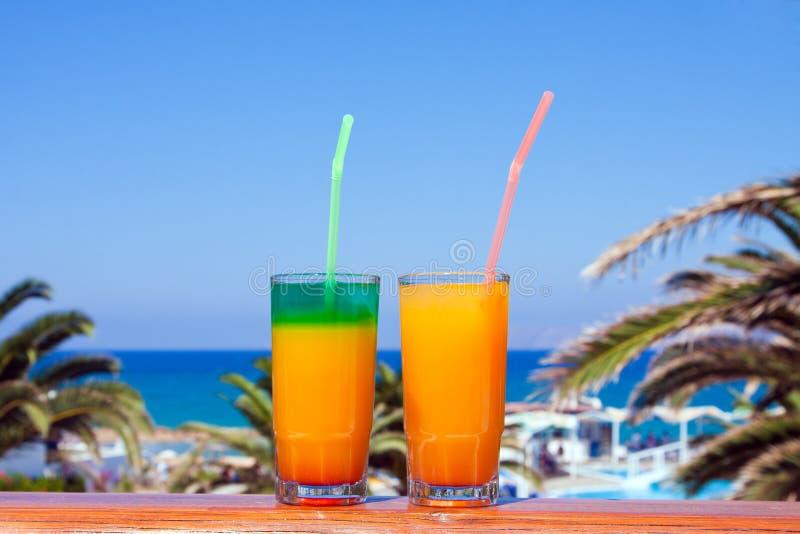 Bebidas em uma praia imagens de stock