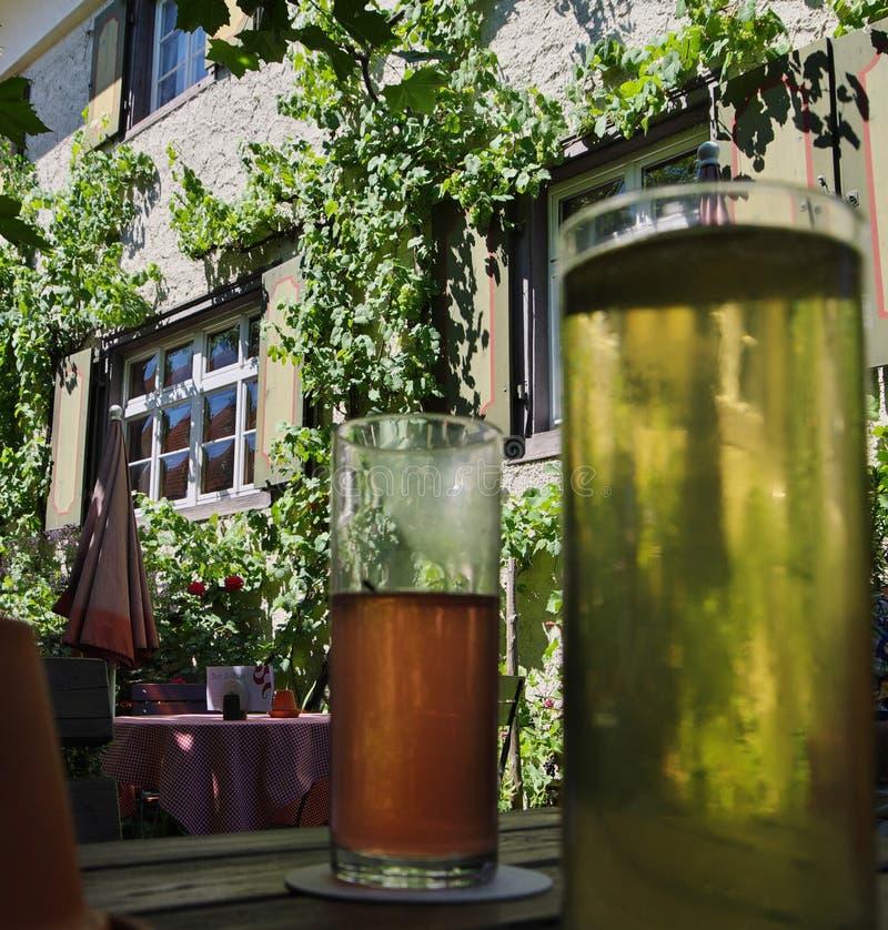 Bebidas frescas en el jardín de la cerveza fotografía de archivo