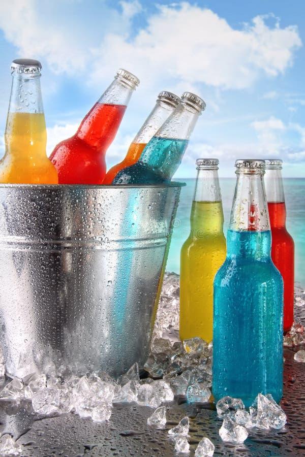 Bebidas frescas na cubeta de gelo na praia foto de stock royalty free