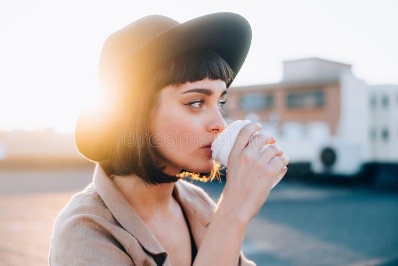 Bebidas hermosas de la mujer de la taza de café imagen de archivo