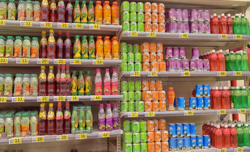 Bebidas não alcoólicas no supermercado imagens de stock royalty free