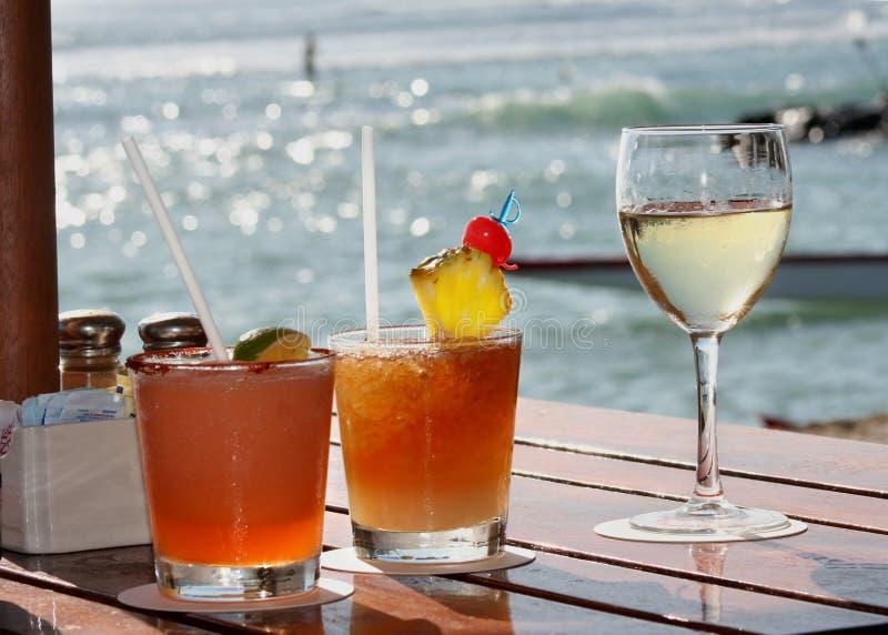 Bebidas na praia foto de stock