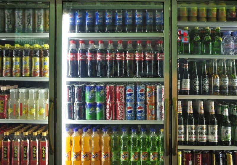 Bebidas no alcohólicas y bebidas en supermercado imágenes de archivo libres de regalías