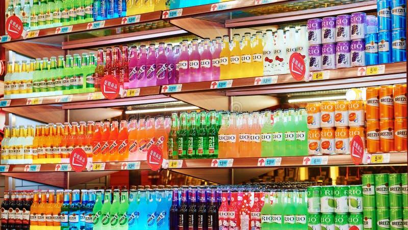 Bebidas no alcohólicas y bebidas en supermercado imagen de archivo