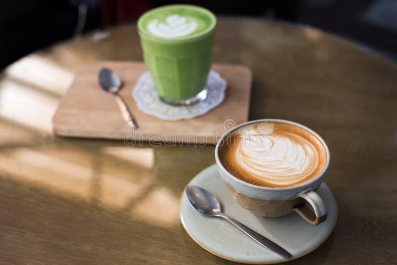 Bebidas quentes com chá verde do matcha do café do latte na tabela de madeira fotos de stock royalty free