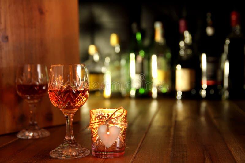 Bebidas românticas da luz de vela do dia de Valentim fotos de stock