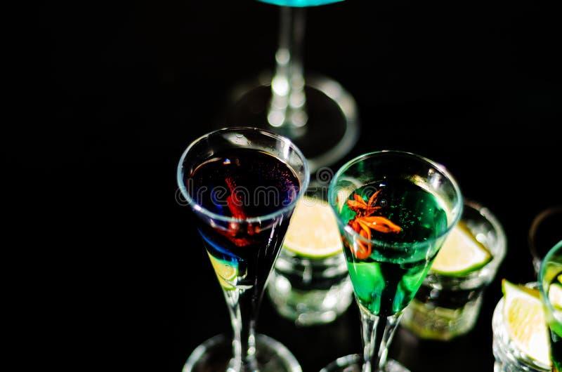 Bebidas sabrosas y coloridas basadas en los diversos alcoholes, jarabes y licores, efecto único del trabajo del camarero fotos de archivo libres de regalías
