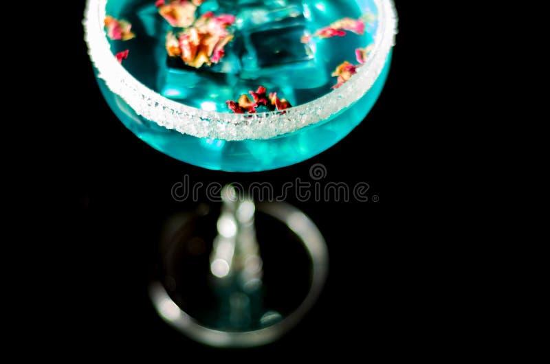 Bebidas sabrosas y coloridas basadas en los diversos alcoholes, jarabes y licores, efecto único del trabajo del camarero imagen de archivo