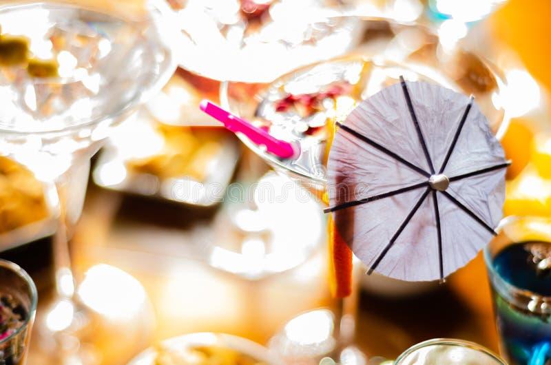 Bebidas sabrosas y coloridas basadas en los diversos alcoholes, jarabes y licores, efecto único del trabajo del camarero fotos de archivo