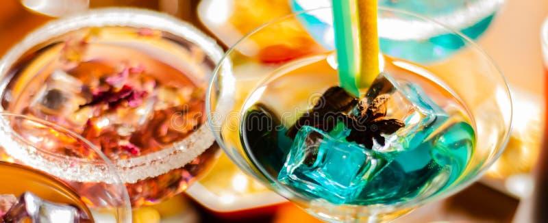 Bebidas sabrosas y coloridas basadas en los diversos alcoholes, jarabes y licores, efecto único del trabajo del camarero foto de archivo