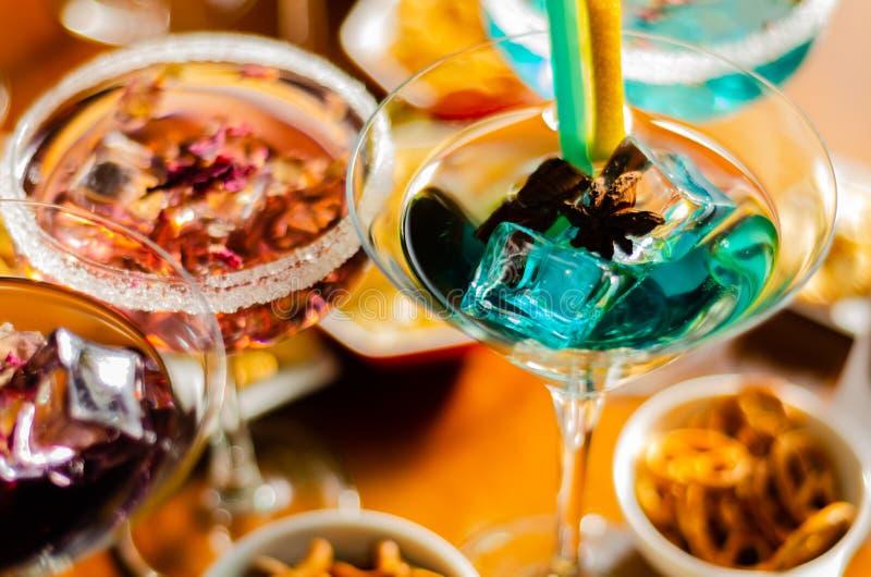 Bebidas sabrosas y coloridas basadas en los diversos alcoholes, jarabes y licores, efecto único del trabajo del camarero imagenes de archivo