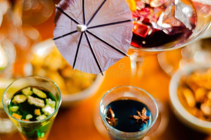 Bebidas sabrosas y coloridas basadas en los diversos alcoholes, jarabes y licores, efecto único del trabajo del camarero imagen de archivo libre de regalías