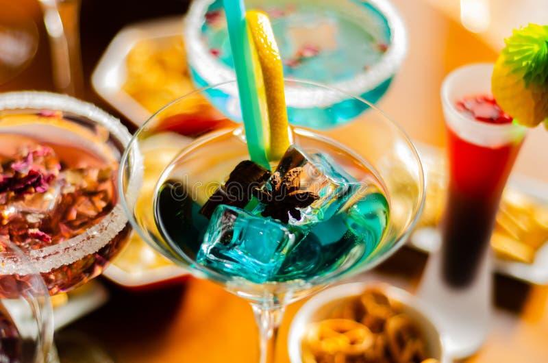Bebidas sabrosas y coloridas basadas en los diversos alcoholes, jarabes y licores, efecto único del trabajo del camarero imágenes de archivo libres de regalías