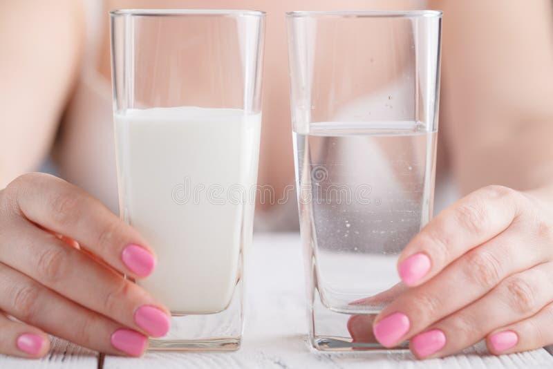 Bebidas saudáveis nas mãos fêmeas fotografia de stock