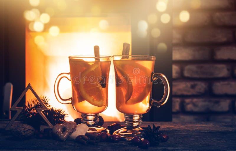 Bebidas y decoraciones calientes de la Navidad - hogar acogedor fotos de archivo libres de regalías