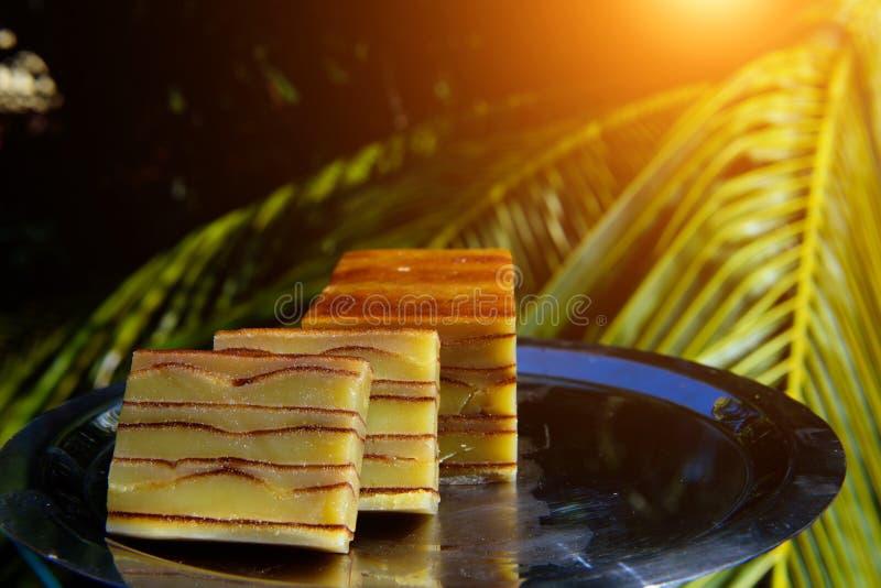 Bebinca, traditioneller Goan-Nachtisch vom Kokosmilchteig, süßer indischer Pudding auf einer Metallplatte, Abschluss oben Goan-po stockfotografie