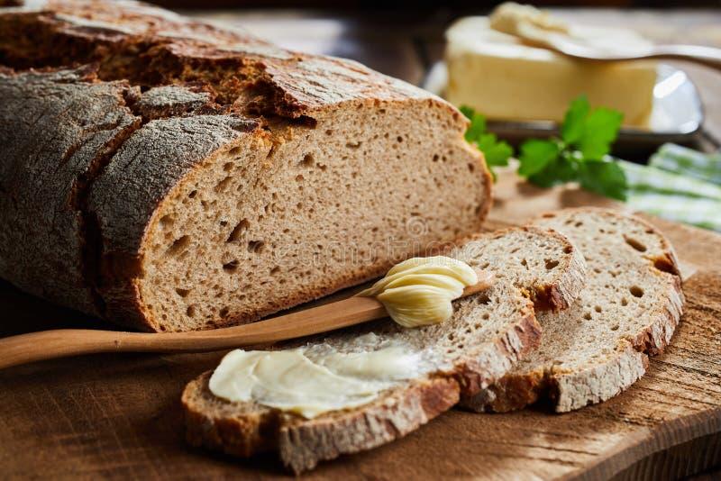 Beboterde plak van roggebrood met knapperig brood royalty-vrije stock foto