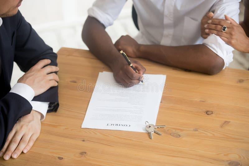Bebouwd beeld Afrikaans echtpaar die huurcontract ondertekenen royalty-vrije stock fotografie