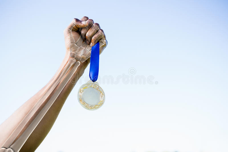 Bebouwd beeld die van atleet gouden medaille houden stock afbeeldingen
