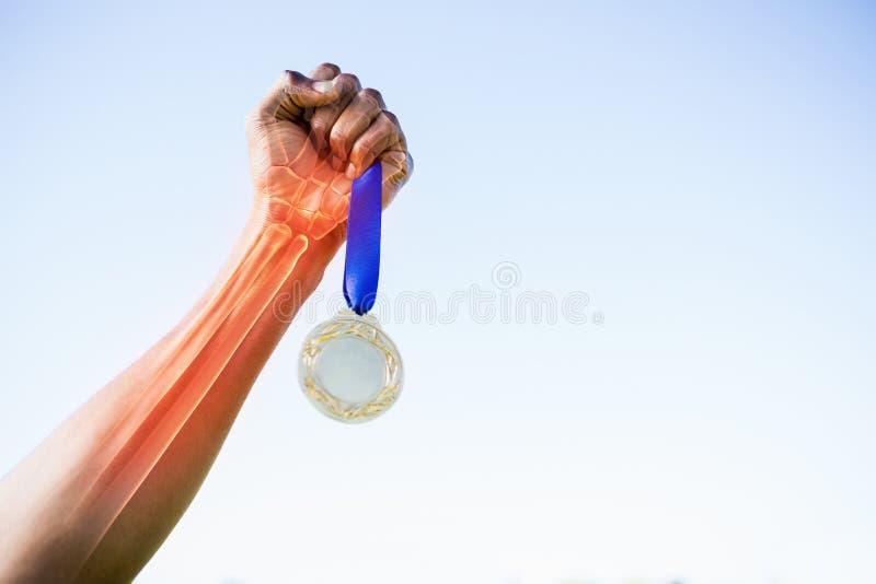 Bebouwd beeld die van sportsperson gouden medaille houden royalty-vrije stock fotografie
